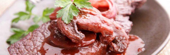 Bistecca con funghi e salsa allo sherry